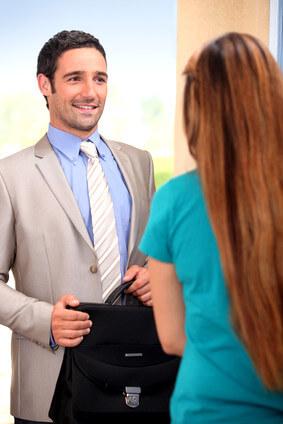 Правомерные действия классифицируются на юридические поступки и акты.